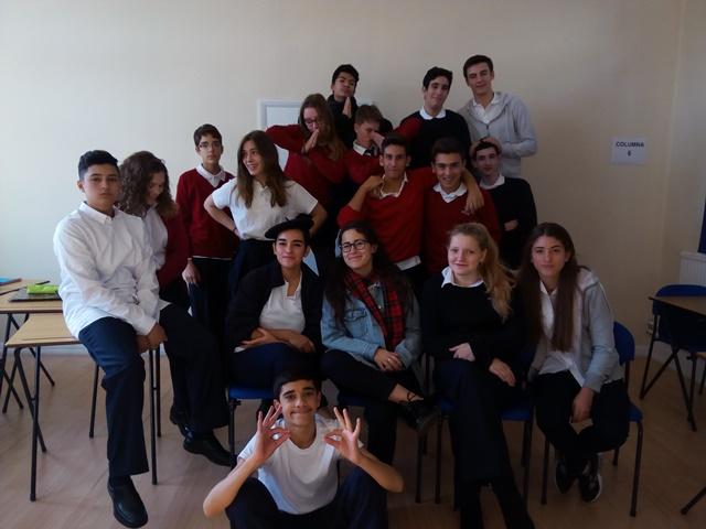 Os alumnos participante no concurso rodean á fotógrafa gañadora do premio Boina da simpatía